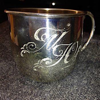 Ручная гравировка инициалов на серебряной чашке