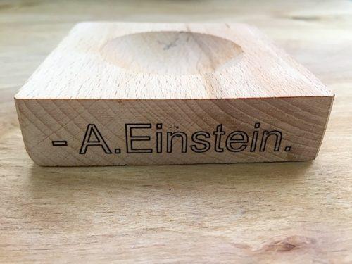 Гравировка деревянной подставки для сувенира