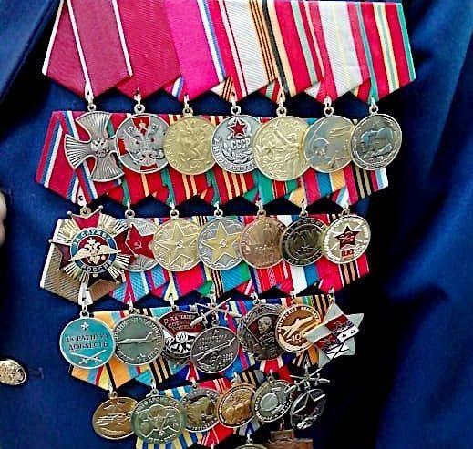 Подготовка кителя с орленами и медалями