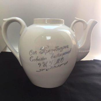 Гравировка на чайнике из фарфора